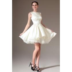Svatební krátké elegantní velmi slušivé bílé šaty s klopou zdobeny v pase krásnou květinovou krajkovou výšivkou s kamínky