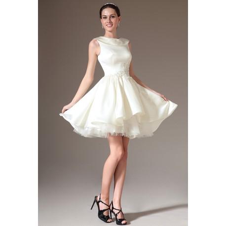 Svatební krátké elegantní velmi slušivé bílé šaty s klopou zdobeny v pase  krásnou květinovou krajkovou výšivkou 70e06ed524