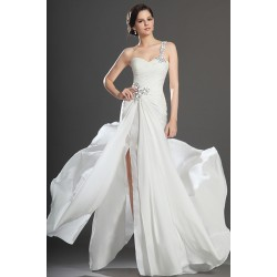 Okouzlující a půvabné bílé šaty s plně kamínky zdobeným jedním ramínkem a vysokým rozparkem
