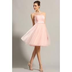 Společenské půvabné dívčí světle růžové krátké šaty z tylu a s průsvitným zdobeným dekoltem