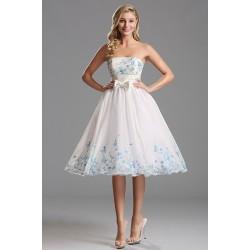 Společenské půvabné dívčí bílé šatičky bez ramínek s tyrkysovou a modrou výšivkou