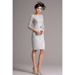 Společenské půvabné šedé krajkové krátké šaty s delším rukávem a páseček se zdobnou sponou