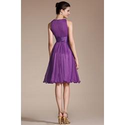 Půvabné krátké jednoduché fialové šaty bez rukávů, se silným saténovým páskem a řaseným topem