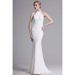 Svatební bílé jednoduché krajkové šaty s neobvykle svůdnými průsvitnými zdobenými zády a krátkou vlečkou