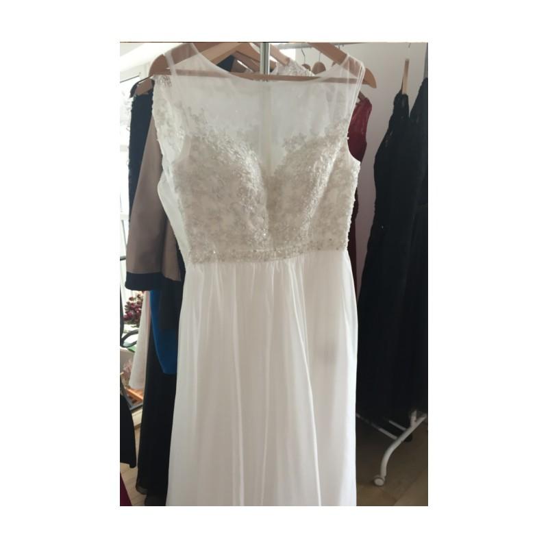 ... Svatební nádherné bílé šaty s krajkou zdobeným průsvitným topem ... d2381d9fcc6