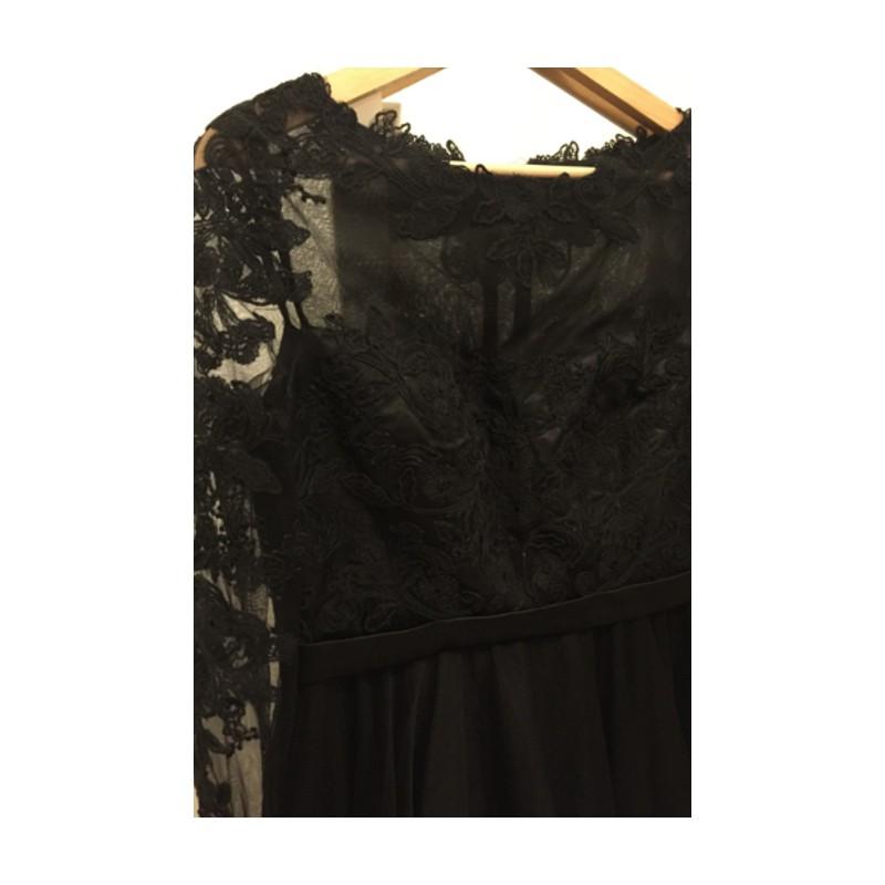 de0adb957f7 ... Společenské uhrančivé nádherné černé tylové šaty s délkou pod kolena a dlouhým  krajkovým rukávem