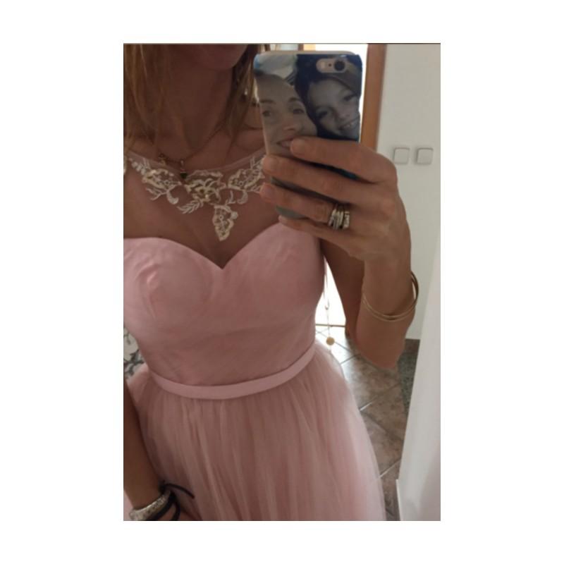 ... Společenské půvabné dívčí světle růžové krátké šaty z tylu a průsvitným  zdobeným dekoltem ... c9727547c12