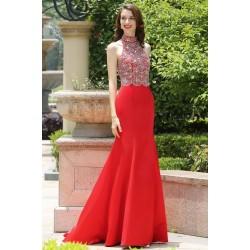 Svůdné červené společenské šaty s kamínky zdobeným topem za krk a odhalenými zády