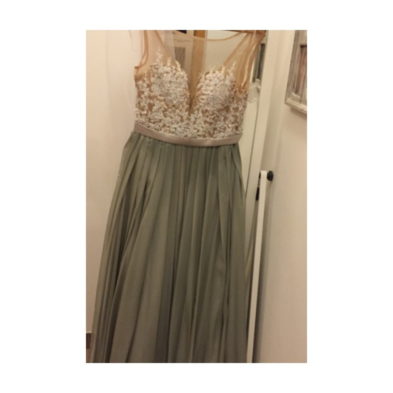 94a9c82f267 ... Překrásné přitažlivé společenské šedé šaty s průsvitným krajkou  zdobeným živůtkem ...