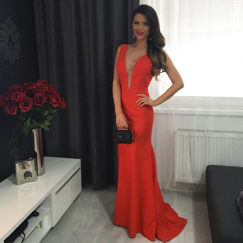 14e5b7bd8448 ... Společenské velice elegantní a minimalistické červené dlouhé šaty s  průsvitným tylem v dekoltu ...
