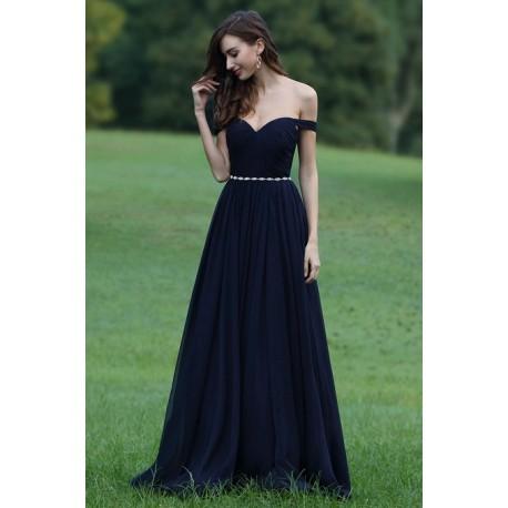e60bf6882ba Společenské dlouhé tmavě modré šaty se spadlými ramínky a stříbrným  kamínkovým pásečkem v pase