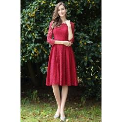 Společenské okouzlující krátké velmi slušivé tmavě červené celokrajkové šaty s dlouhým rukávem