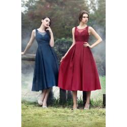Společenské půvabné do půlky lýtek dlouhé modré nebo bordó šatičky s objemnou sukní a vyšívaným topem