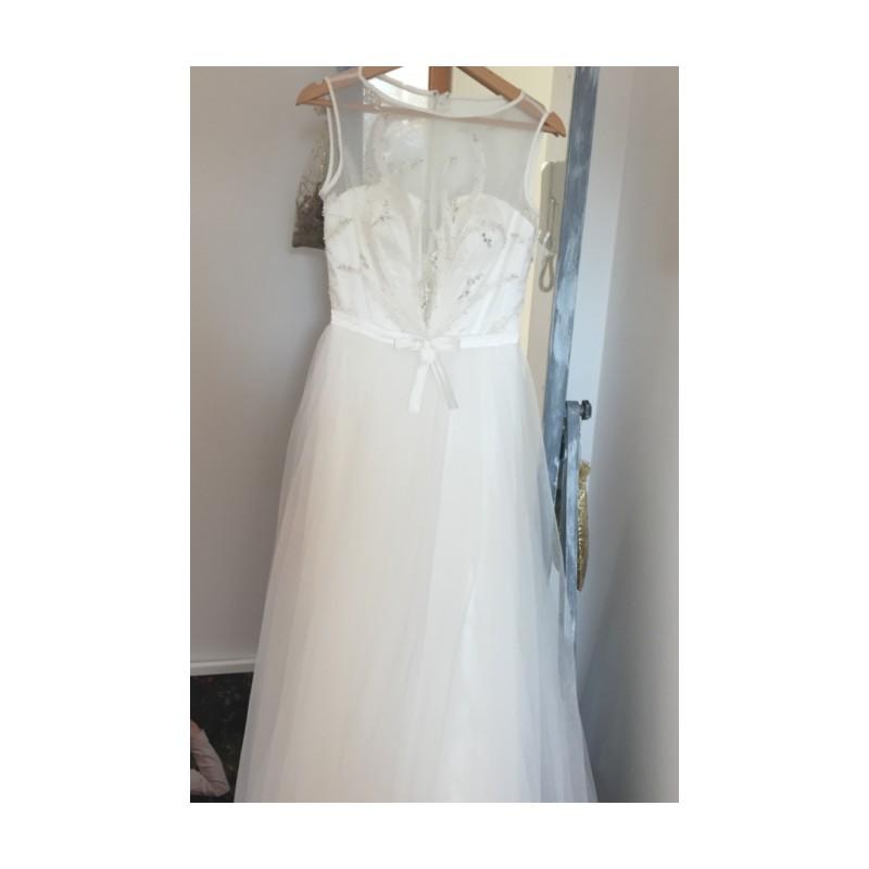 ... Svatební bílé jednoduché a nádherné tylové šatičky s průsvitným topem  zdobeným popínavou květinovou výšivkou ... 34d997a6537