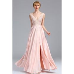 Společenské romantické dívčí půvabné světle růžové šatičky s krajkovou výšivkou a vysokým rozparkem
