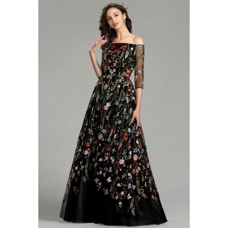 Překrásné dlouhé černé společenské šaty z krajky poseté květinovou barevnou výšivkou, po kterých toužím nosit je ven jen tak