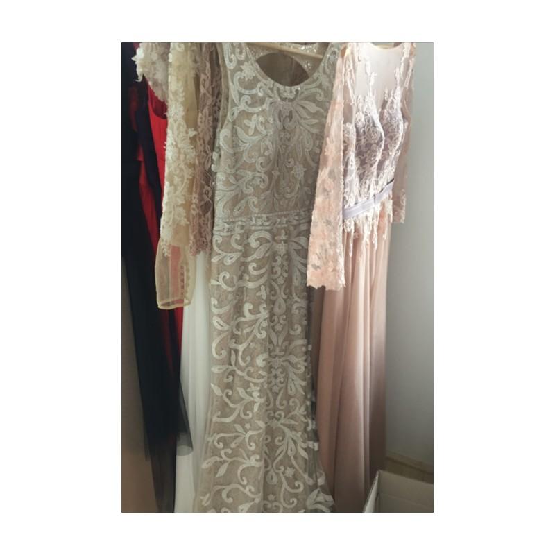 8e502211a6eb ... Překrásné dlouhé světlé společenské tylové šaty celé zdobené unikátní  krajkovou výšivkou a kamínky ...