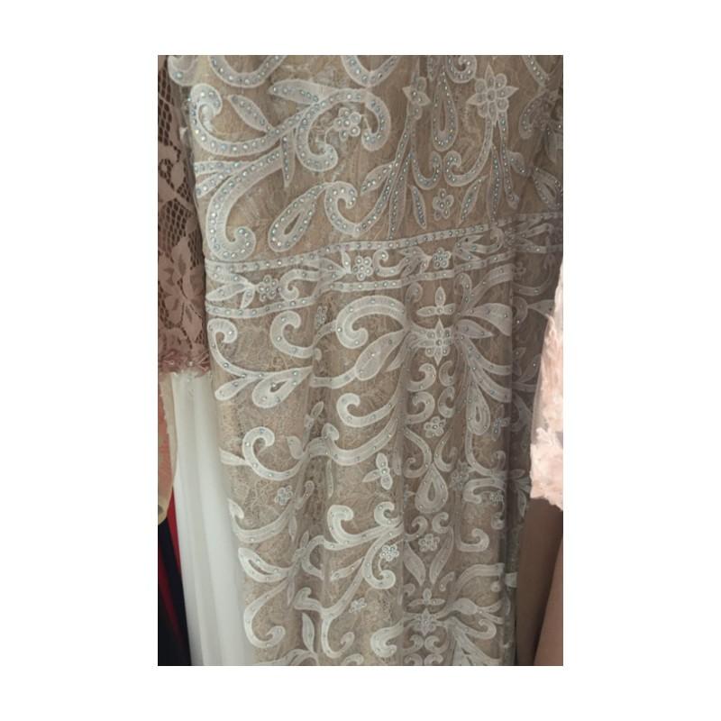 bdbf81ce7e21 ... Překrásné dlouhé světlé společenské tylové šaty celé zdobené unikátní  krajkovou výšivkou a kamínky