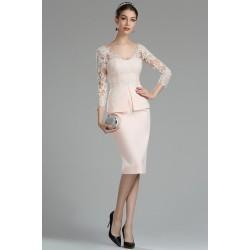 Krásné světlounce růžové koktejlky s topem zdobeným bílou krajkou koktejlky a dlouhým krajkovým rukávem