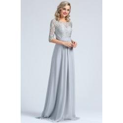 Půvabné nové krásné šedé nebo světle růžové šatičky s celokrajkovým vrškem, dlouhým rukávem a skládaným pásečkem