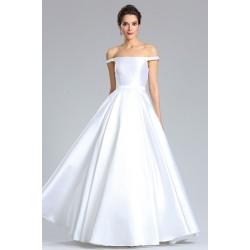 Svatební jednoduché nádherně čisté dlouhé bílé šaty s rovným výstřihem a spadlými ramínky