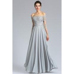 Společenské jednoduché půvabné světle šedé dlouhé šaty s dlouhými krajkovými spadlými z ramenou rukávy