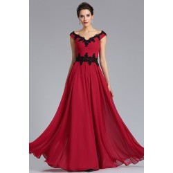 Společenské uhrančivé a krásné dlouhé tmavěji červené šaty s černou aplikací na topu a v pase