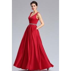 Společenské dlouhé nádherné jednoduché červené saténové šaty s kamínkovým páskem