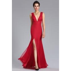Společenské dlouhé jednoduché úzké červené šaty s vysokým svůdným rozparkem