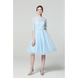 Společenské krátké překrásné jednoduché blankytně modré šaty ke krku s kamínkovým páskem a 3/4 rukávkem