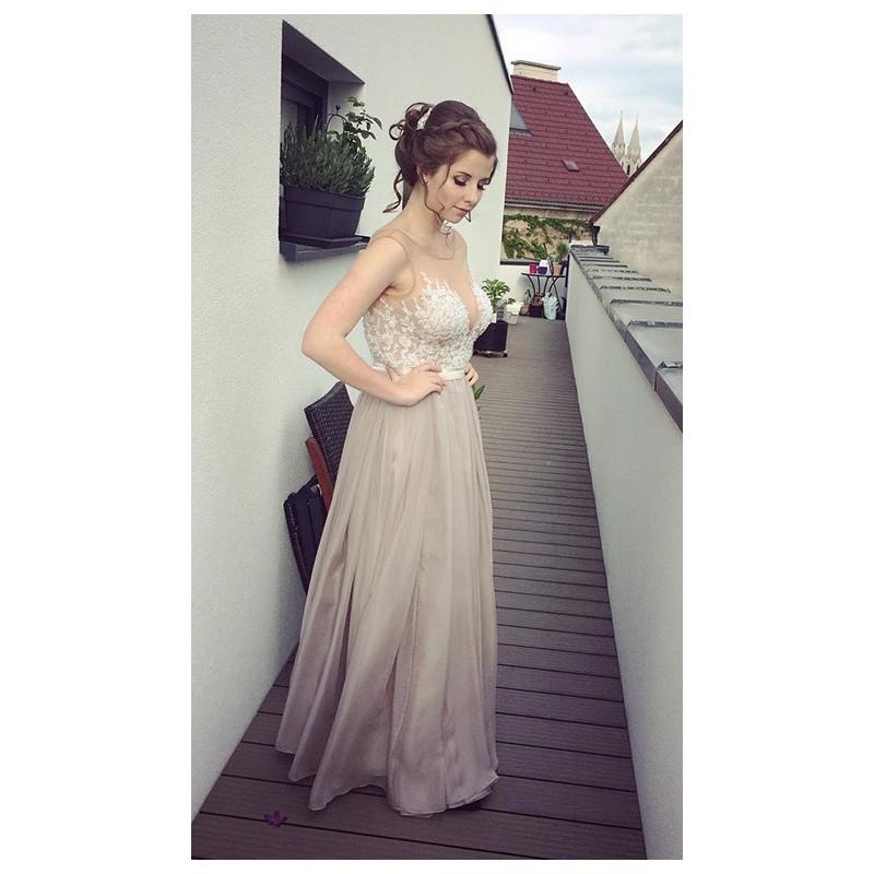 ... Překrásné přitažlivé společenské šedé šaty s průsvitným krajkou  zdobeným živůtkem ... 0224e174e6