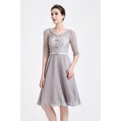 Půvabné společenské šedé šatičky se plisovanou sukní, krajkovým vrškem a 3/4 rukávem