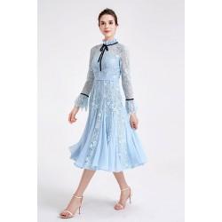 Půvabné společenské bledě modré krajkové ke krku princeznovské šatičky s dlouhým rukávem