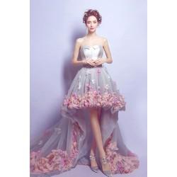 Překrásné ojedinělé světlé krátké šaty poseté květinami a dlouhou květinovou vlečkou