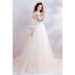 Překrásné vznešené bílé dlouhé šaty s barevnými květy vyšívaným vrškem a vintage šněrování