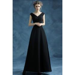 Jednoduché černé dlouhé společenské šatičky s véčkovým výstřihem, jemně řaseným vrškem a sukní do áčka