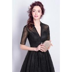 Svůdné dlouhé večerní krajkové černé šaty s véčkovým výstřihem, rukávkem a šněrováním na zádech