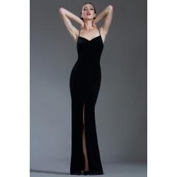 Společenské minimalistické dlouhé černé sametové šaty s úzkými ramínky a vysokým rozparkem