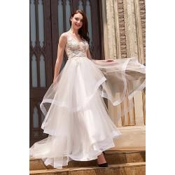 Nádherné svatební šaty s tylovou volánovou sukní a velkými krajkovými květy zdobenýt topem