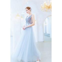 Společenské krásné bledě modré jemné šaty s ojedinělým živůtkem hojně zdobeným kamínky