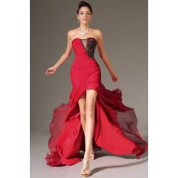Společenské plesové přitažlivé červené šaty s černou zdobenou krajkovou aplikací a vysokým rozparkem